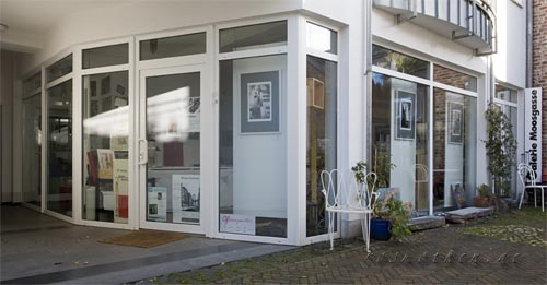 Außenansicht der Fotoausstellung im Atelier-Moosgasse
