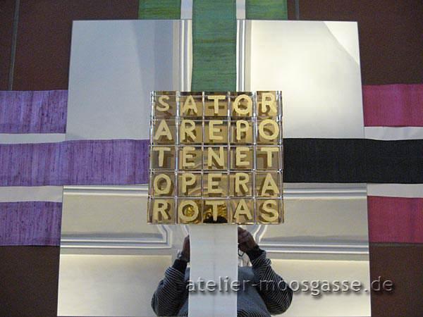 Satorquadrat mit Spiegelung: das Auge Gottes - Installation von Barbara Herrmann-Lange